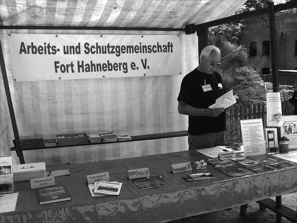 Peter Herzog am Informationsstand, 2008