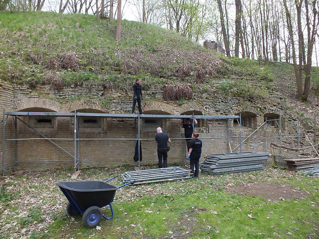 Aufbau eines Arbeitsgerüstes am linken Flankenblock der Spitzgrabenwehr, April 2017